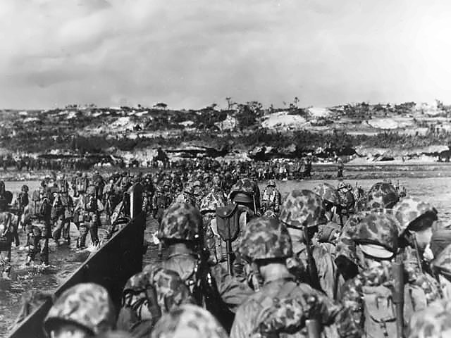 Marines_land_on_Okinawa_shores